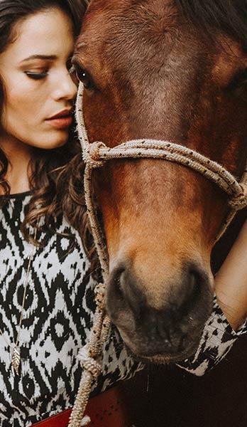 Ridepige kæler med hest